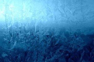 Solche gefrorenen Scheiben müssen mit einem Eiskratzer bereinigt werden