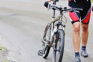 Im Test werden Bremsbeläge fürs Fahrrad miteinander verglichen.