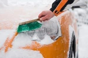 Ein Eiskratzer mit zusätzlichem Besen ist von großem Vorteil