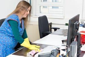 Nicht mehr mühsam alles per Hand reinigen: Ein Dampfreiniger kann einem Test mühelos standhalten.