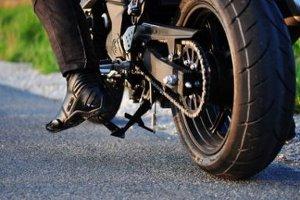 Eine Fahrradplane kann beim Test vielseitig zu Einsatz kommen - etwa auch beim Motorrad.