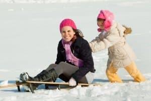 Damen sollten den Skihelm Ihrer Kinder in einem Test vergleichen.
