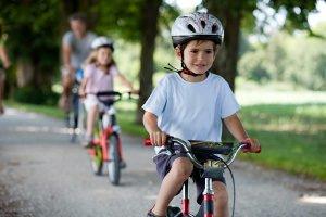 Einen Fahrrad-Rückspiegel für Kinder zu kaufen, gibt auch ihnen ein sicheres Gefühl beim Radfahren.