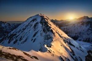 Schneeschuhe im Test: Das Material der Schneeschuhe kann Sie bei einer Schnee-Wanderung beeinflussen.