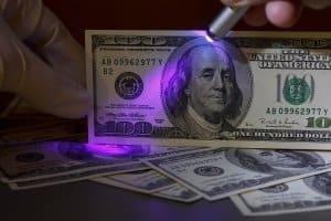 Das UV-Licht dieser Taschenlampe bringt einiges zum Vorschein