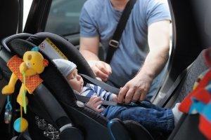 Ein guter Sonnenschutz am Auto ist insbesondere bei Kindern, deren Haut noch empfindlich ist, nötig.