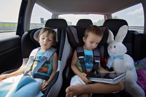 Sonnenschutz im Auto: Im Praxis-Test vor allem bei Familien mit Kindern sinnvoll.