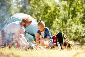 Reicht für 2 Personen: Ein kleines Zelt im Abenteuer-Test mit Papa.