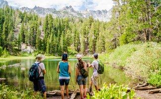 Um für eine Wanderung in den Alpen geeignet zu sein, sollten Wanderschuhe in einem Test besondere Kriterien erfüllen.