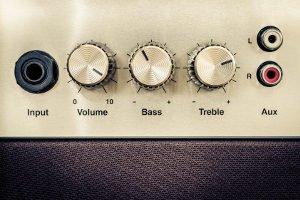 Beim eigenen Test verschiedener E-Bassgitarren sollten Sie bedenken, dass ein Verstärker gebraucht wird