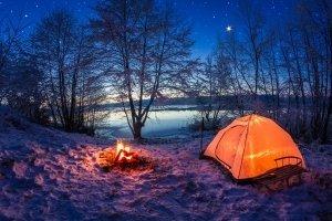 Winter-Trekking: Das Zelt (etwa für 1 Person) sollte den Test auf Gewicht bestehen, dann es wird besonders viel Ausrüstung benötigt.