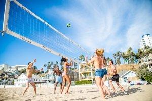 Ein Beachvolleyball ist speziell für den Einsatz am Strand konzipiert.