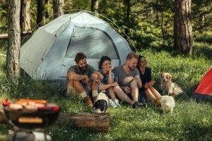 Bestes Campinggeschirr gesucht: Hier zählt auch die Frage nach der Anzahl der Personen, die es nutzen wollen.