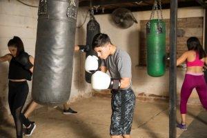 Einen Boxsack zu kaufen kann billig im Vergleich zu einer Fitnessstudio-Mitgliedschaft sein.