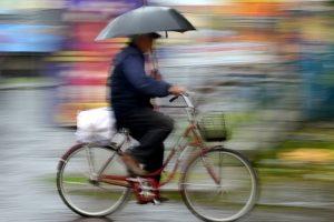 Verzichten Sie auf den Schirm und kaufen Sie sich eine Fahrrad-Regenhose! Ein eigener Test hilft Ihnen, die richtige zu finden.