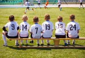 Wer im eigenen Fußball-Test Bälle für Kinder vergleichen will, der  sollte auf ein geringes Gewicht achten.