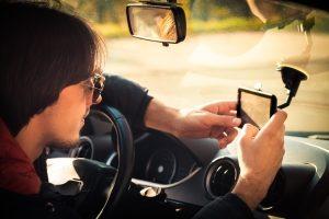 Ein von Garmin hergestelltes Auto-Navi kann die Test-Fahrt nicht nur navigieren, sondern auch sicherer machen.