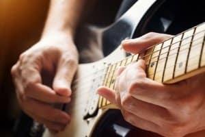 Auch bei einem Gitarren-Synthesizer sind Hüllkurven zur Steuerung zeitlicher Verläufe von Bedeutung.