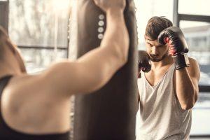 Gute Boxhandschuhe sind unerlässlich, wenn Sie Kraft und Ausdauer optimal trainieren wollen.