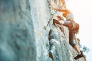 Die Klettersteigausrüstung im Set verhindert den Totalabsturz, aber keine schweren Verletzungen - beim Sportklettern ist das i. d. R. anders.