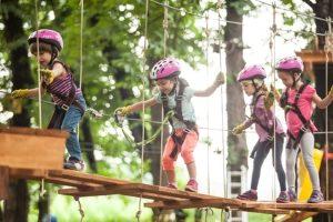 Klettersteigset im Praxis-Test: Auch im Hochseilgarten sind Formen dieses Sicherungsgeräts im Einsatz.