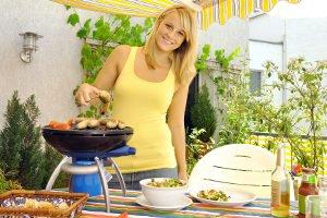 Hochwertig oder lieber günstig? Wer einen Gartentisch kaufen möchte, hat im Regelfall eine große Wahl