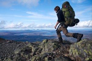 Ein guter Kompass gehört zur Basisausrüstung auf Trekkingtour im unwegsamen Gelände.