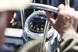 Ein für die Seefahrt gebauter Kompass weist im Vergleich zu anderen Modellen oft eine runde oder scheibenförmige Gestalt auf.