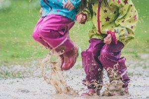 Für Kinder, beim Wandern oder auf dem Rad: Eine gute Regenhose macht den Test im Regen erst richtig Spaß.