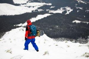 Wer sich ein Snowboard für den Tiefschnee kaufen will, dem ist zusätzlich ein Lawinenrucksack zu empfehlen.