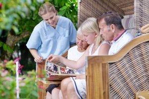 Wenn Sie eine überdachte Gartenbank kaufen möchten, ziehen Sie auch einen Strandkorb in Erwägung.