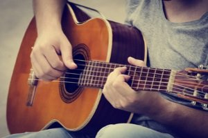 Ein Akustik-Gitarrenverstärker sollte im Test nicht berücksichtigt werden, wenn Sie eine E-Gitarre spielen.