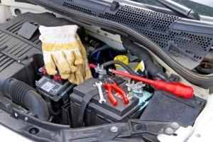 Bei der Durchführung von einem Starthilfegerät-Test sind alle Kabel richtig anzuschließen. Die Bedienungsanleitung hilft.