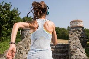 Ob Sie einen Laufrucksack kaufen sollten, hängt davon ab, was Sie zum Laufen mitnehmen.