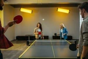 """Sie wollen eine Tischtennisplatte im Test finden, die für den Innenbereich geeignet ist? """"Indoor"""" muss die Bezeichnung dann lauten."""