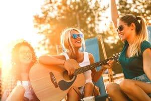 Für Anfänger muss es nicht gleich die beste Westerngitarre für bis zu 500 Euro sein.