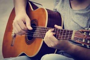 Wie finde ich eine gute Westerngitarre für Anfänger?