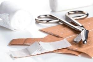 Notfallrucksack gefüllt kaufen: Neben Verbandsmaterial ist häufig noch weiteres Zubehör enthalten.