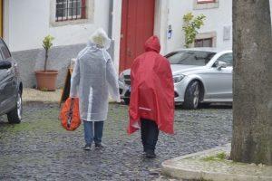 Schlechtwetterkleidung: Auch wenn ein Regenponcho einen Praxis-Test nicht zum modischen Highlight macht, kann er sehr praktisch sein.