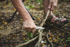 Welches Outdoormesser geeignet ist, kommt auf den Einsatzzweck an. Scandischliffe eignen sich bspw. für's Schnitzen.