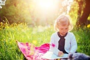 Bester Rasenmäher: Wer Kinder oder Haustiere hat sollte besonderen Wert auf die Sicherheit der Geräte legen.