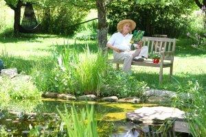 Selbst die besten Rasenmäher erreichen nicht jede Stelle im Garten (z. B. unter der Gartenbank).