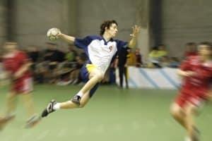 Gute Handballschuhe müssen  eine ausreichende Dämpfung vorweisen, um Sprünge abzufangen.