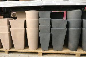 In verschiedenen Formen und Farben können Sie Pflanzkübel kaufen.