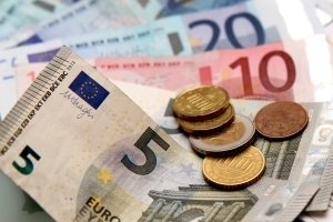 Wer sich einen Squashschläger kaufen möchte, sollte als Hobbyspieler zwischen 50 und 60 Euro einplanen.