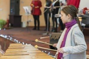 Metallo- oder Xylophon? Ein Test im Musikgeschäft verdeutlicht den Klangunterschied.