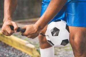 Wollen Sie eine Ballpumpe kaufen, müssen Sie sich zwischen einem handbetriebenen und einem elektrischen Modell entscheiden.