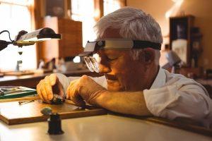Millimeterarbeit ist angesagt? Unterziehen Sie Ihre Lupenbrille einem Test.