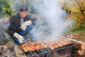 Es wird schnell heiß am Grill: Ihr eigener Grillhandschuhe-Test soll zeigen, wie Sie gegen Verbrennungen geschützt sind.