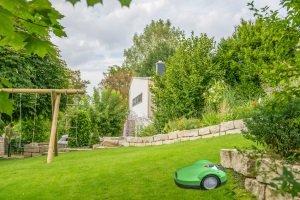 Einen Mähroboter zu kaufen, kann die von Ihnen zu verrichtende Arbeit deutlich reduzieren – insbesondere in großen Gärten.